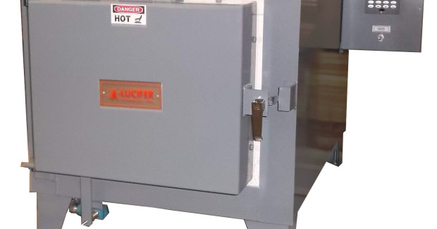 This RD7-KHE18 bench model provides a work chamber area of 12 in H x 14 in W x 18 in L and heats to 2200°F with 6 KW power.