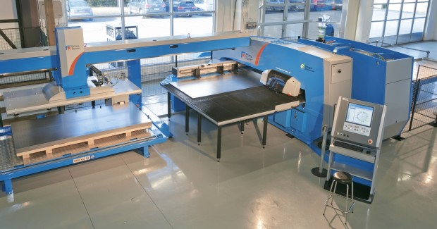 The SGe5 Shear Genius® punching – shearing cell handles sheet sizes up to 2,500 mm x 1,250 mm and incorporates Prima Power servo-electric technology. (first view)