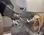 Manufacturing precise free-form surfaces for turbine blades demands the highest performance from the CNC. The excellent block-cycle times of the Sinumerik 840D sl and its look-ahead function improved as part of the new Advanced Surface motion control that plays a significant role here. (first view)