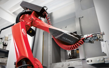 Using the same control system to manage both the axes of the machine tools and those of the robots in perfectly integrated synchrony makes both machines more responsive and significantly increases the performance of an automated plant.