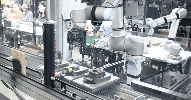 SFEG placed the new robots on pedestals with wheels and is now building the fleet of mobile robots deployed throughout the sheet metal department, integrating them in the entire production cycle from cutting the initial blank on the blanking press to forming, folding and final assembly of the electrical components.