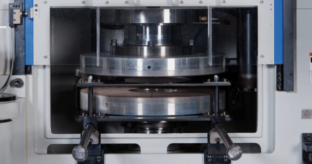 Fast grinding disc changes are possible through easy accessibility and a precise change unit on the Thielenhaus-Nissei double-sided grinding machine.